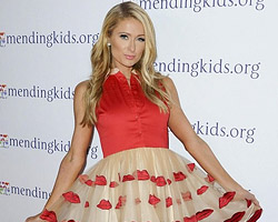 Paris Hilton в платье с поцелуйчиками на День Влюбленных