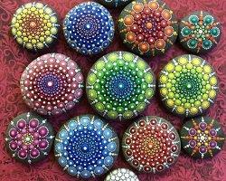 Яркие картины из точек на морских камнях