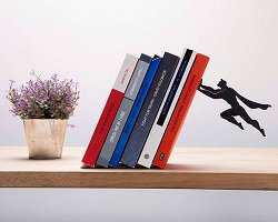 Креативная подставка для книг в виде супергероя