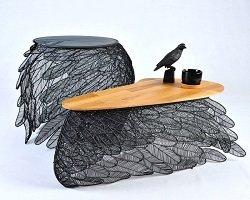 Воздушные столики из металлических «перьев»
