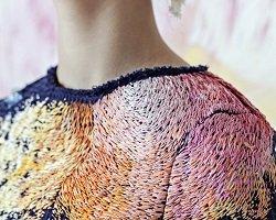 Вышитые пятна краски на дизайнерских нарядах