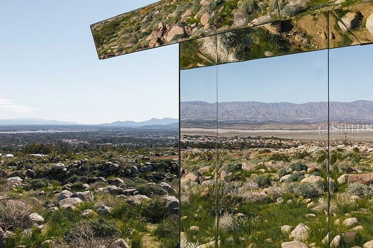 Зеркальный дом среди калифорнийских гор