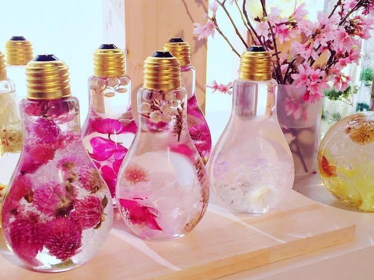 Цветочные композиции в лампочках by Rie Okits
